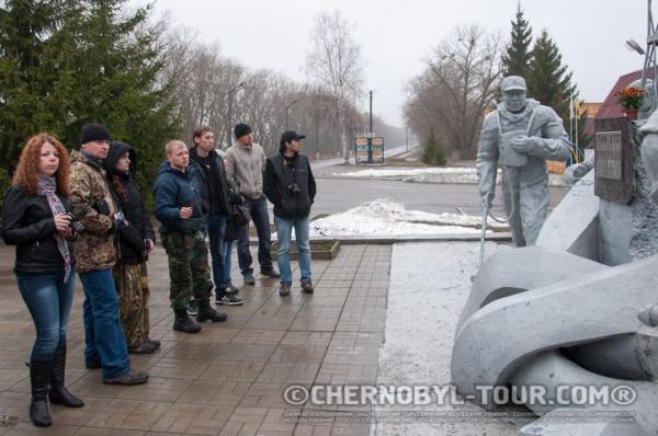 Группа Чернобыль-ТУР у памятника ликвидаторам